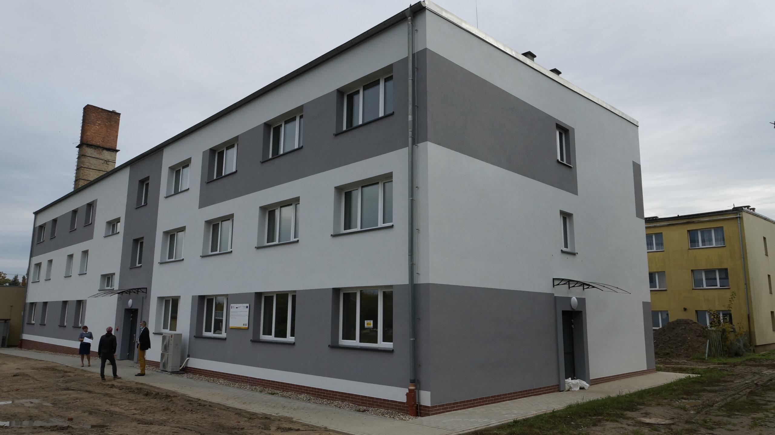 Budynek internatu Zespołu Szkół Ekonomiczno-Technicznych w Rakowicach Wielkich po rewitalizacji