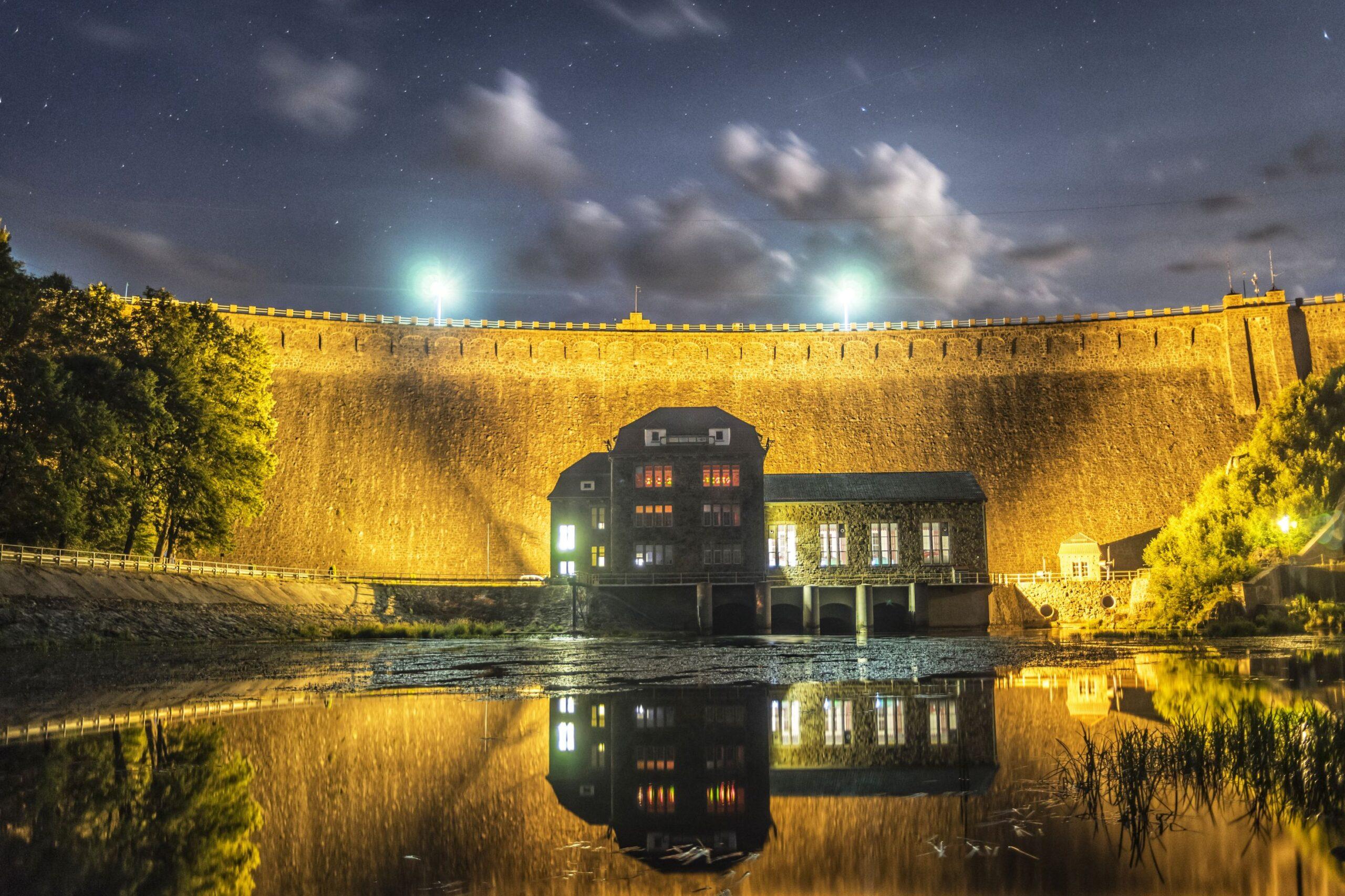 Fotografia Łukasza Wiśniowskiego przedstawia budynek elektrowni na tle zapory na jeziorze pilchowickim