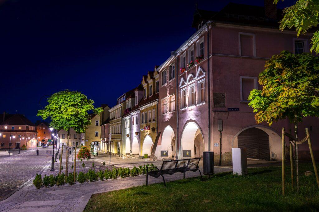 Kamieniczki w Lubomierzu sfotografowane wieczorem. Zdjęcie Milan Vokáty