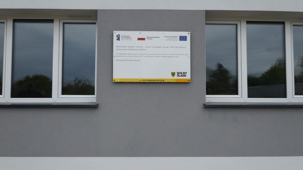 tablica informacyjna na budynku internatu w ZSET w Rakowiach Wielkich