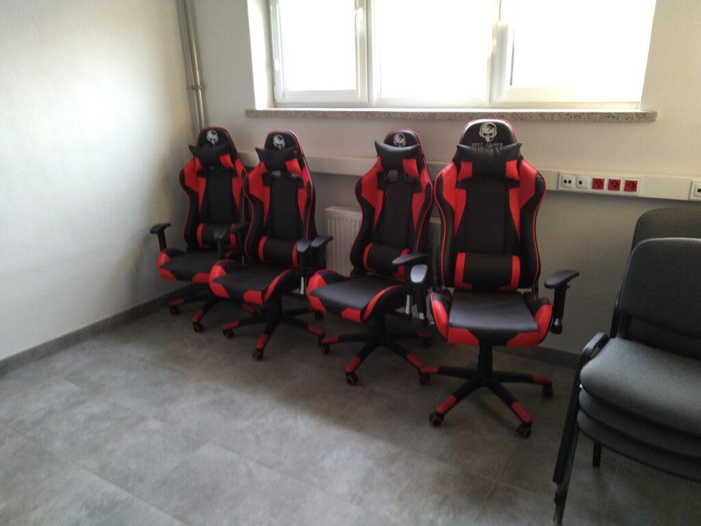 nowe fotele biurkowe w internacie w ZSET w Rakowicach wielkich