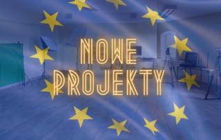 baner ilustrujący tekst - flaga UE i klasa multimedialna w szkole
