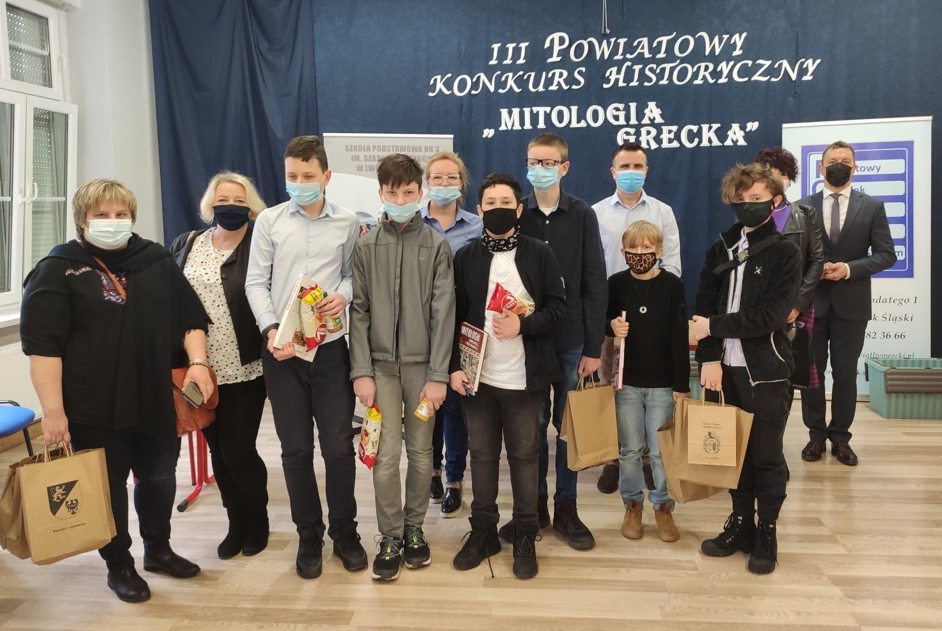 Zdjęcie grupowe finalistów konkursu oraz organizatorów. Na zdjęcu m.in Starosta Lwówecki Daniel Kokko