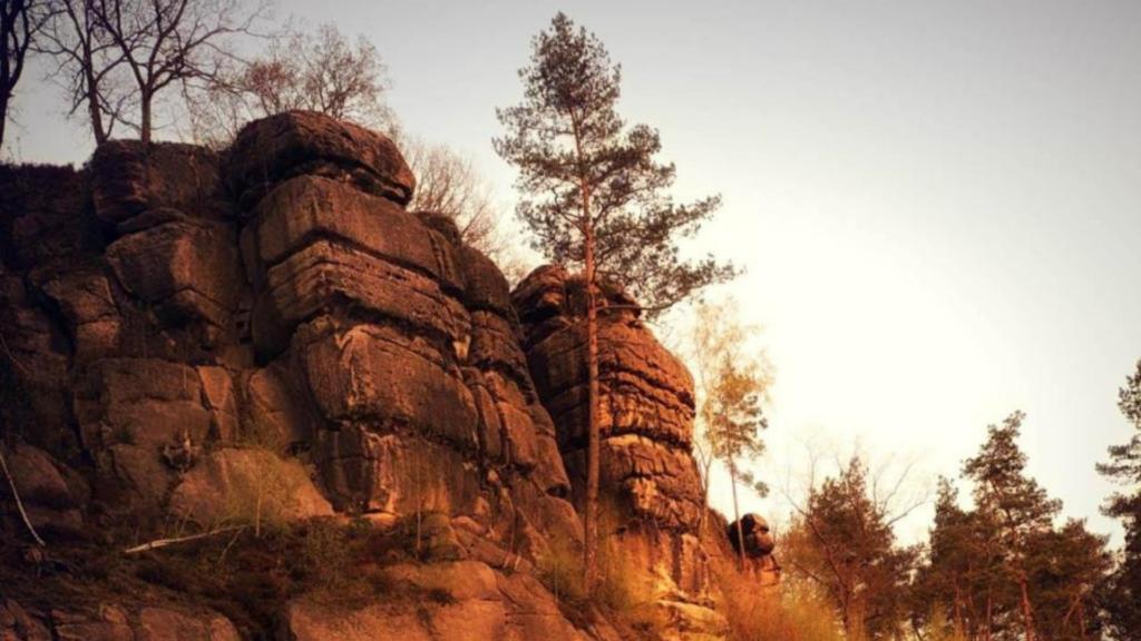 Fotografia Agnieszki Wolskiej przedstawia skały Szwajcarii Lwóweckiej
