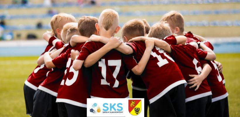 grupka uczniów grających w piłkę nożną