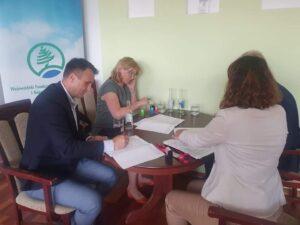 Podpisanie umowy z WFOŚiGW we Wrocławiu przez Starostę Daniela Koko i Skarbnik Joanne Sady z przedstawicielami WFOŚiGW w Jeleniej Górze