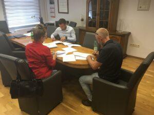 Moment podpisywania umowy między Starostą Lwóweckim a przedstawicielami Stowarzyszenia Mocni na wykonywania usługi pn. opieka wytchnieniowa