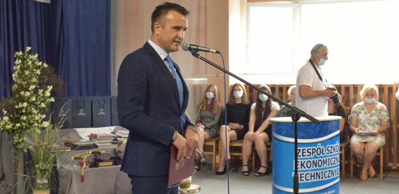 Starosta przemawia na szkolnym apelu w Zespole Szkół Ekonomiczno-Technicznych w Rakowicach Wielkich