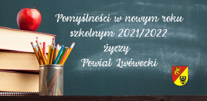 Napis na szkolnej tablicy: Pomyślności w nowym roku szkolnym 2021/2022 życzy Powiat Lwówecki