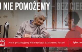 plakat Szlachetnej paczki, widoczna starsza osoba na wózku inwalidzkim i obok uśmiechnięty wolontariusz Szlachetnej Paczki, który znika. Napis: Jej nie pomożemy - bez ciebie